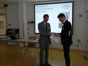 Präsident Prof. Dr. Jürgen Strohecker überreicht den Gert-von-Kortzfleisch-Preis an Dr. Lars Weber