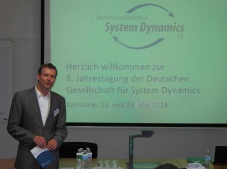 Prof. Dr. Jürgen Strohhecker leitet die 8. Jahrestagung ein